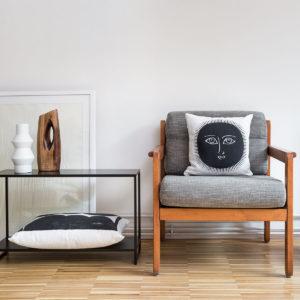 ambiance atelier de Brancusi avec un coussin en lin blanc