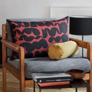coussin terracotta sur un fauteuil scandinave