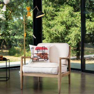 coussin en lin posé sur un fauteuil design
