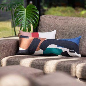 coussin multicolore de la marque jacques sur un canapé