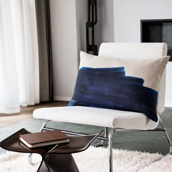jacques coussin bleu sur fauteuil