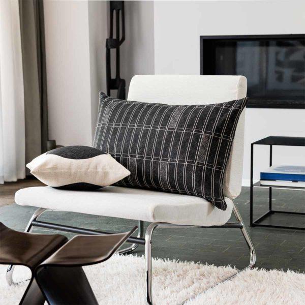 coussin à carreaux dans un salon moderniste