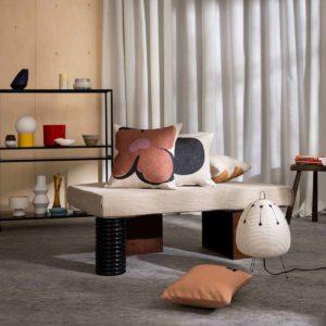 atelier d'artiste français avec des céramiques et des coussins en lin